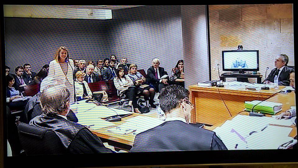 La basura toma Madrid por segundo día.Príncipe saluda a los ediles del PP al inicio de la reunión de la comisión de investigación.