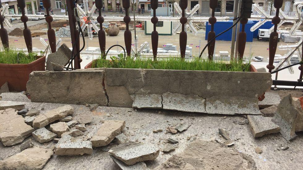 Grandes cascotes caídos en el suelo del balcón de la zona de Alcaldía