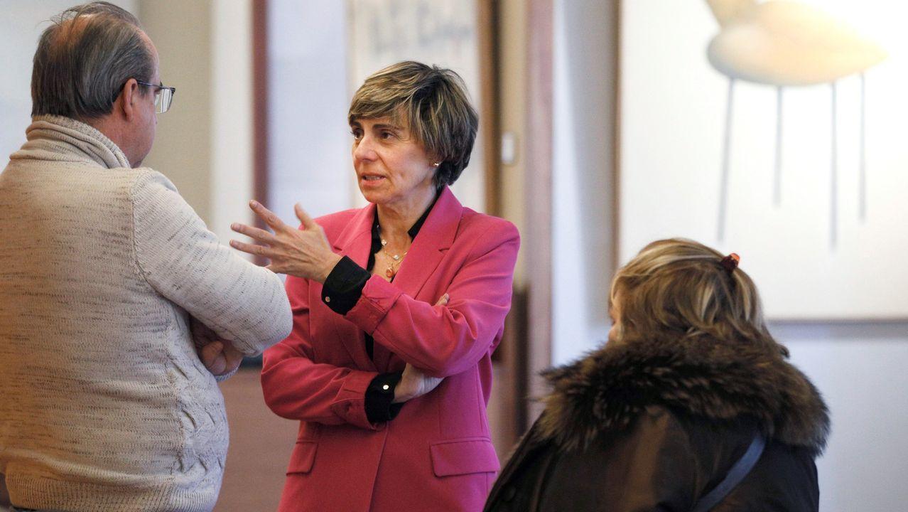 La diputada de Ciudadanos Ana María Coto (c) conversa con un asistente tras anunciar su dimisión como parlamentaria