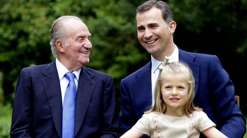 Felipe y Letizia, los reyes de España.Con trabajadores de Bazán, en el 2000.