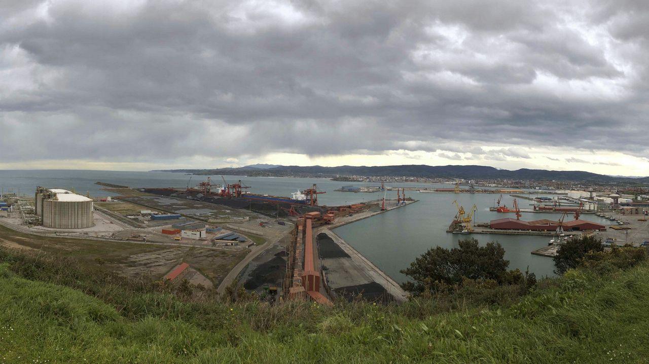 Nube de carbón en El Musel.Panorámica tomada desde la Campa de Torres del puerto de El Musel de Gijón