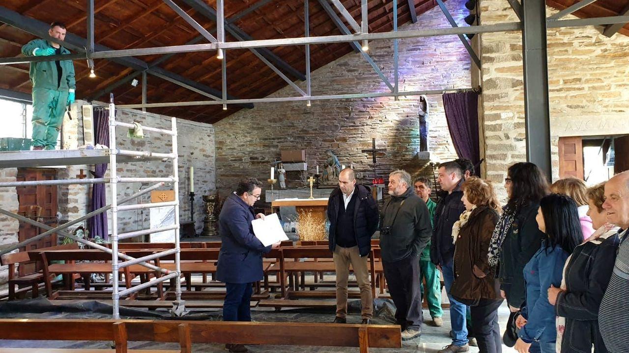 El arquitecto Jesús Bouza hizo de guía en las visitas guiadas de esta mañana a la iglesia