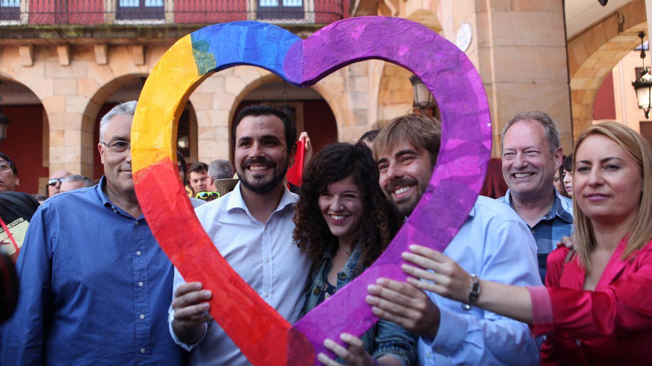 La oposición cuestiona los resultados del CIS.Alberto Garzón, Sofía Castañón y Daniel Ripa en un mitin conjunto en Gijón