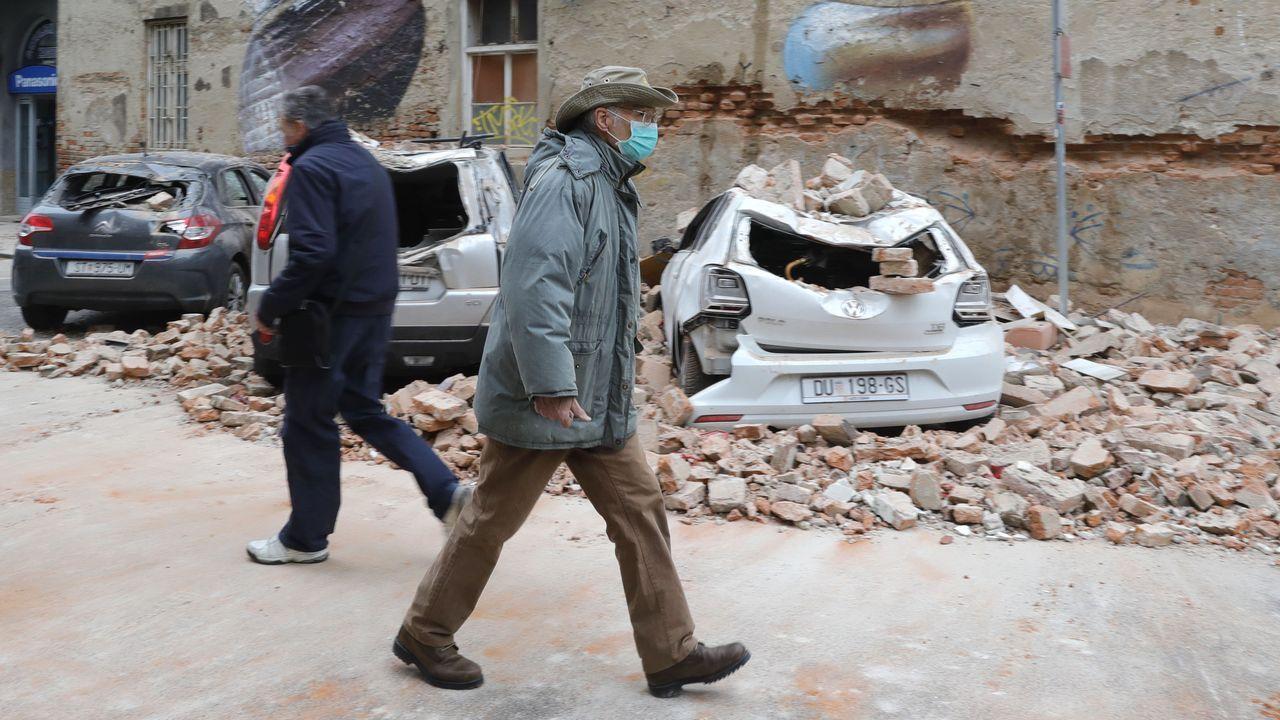 El seísmo sepultó numerosos coches en Zagreb