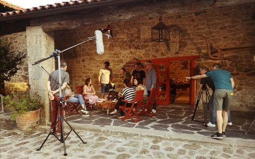Brindis y premios en la comida navideña de Ribeira Sacra.Un momento da rodaxe do filme no establecemento de turismo rural Casa Grande de Rosende