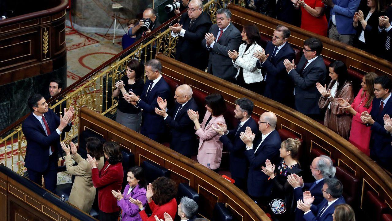 La bancada socialista aplaude a Pedro Sánchez