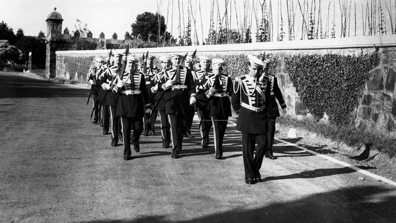Cambio de Guardia en el exterior de la propiedad de los Franco en el municipio de Sada. Las autoridades franquistas de A Coruña decidieron ofrecer el Pazo al dictador para residencia veraniega, como un regalo de la provincia.