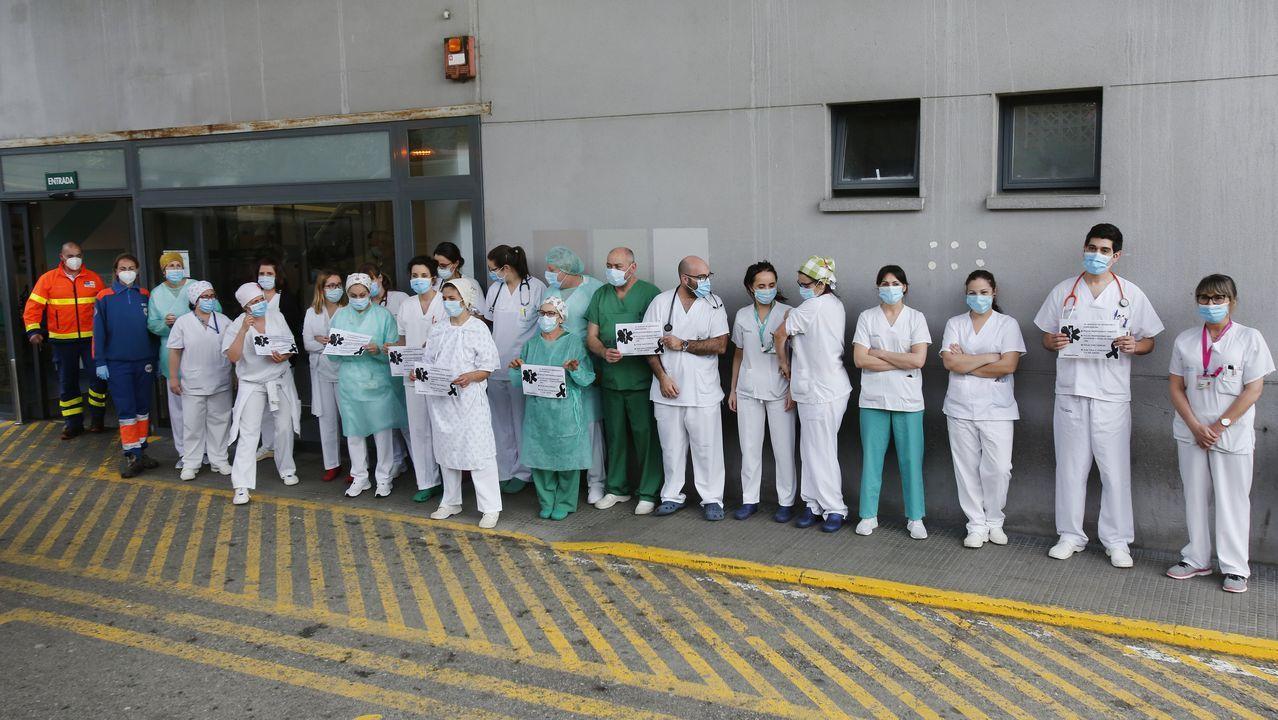 Concentración de sanitarios pidiendo más medios.Profesionales sanitarios del servicio de urgencias del hospital Montecelo, en Pontevedra, el día 24 de abril durante el minuto de silencio convocado por Semes