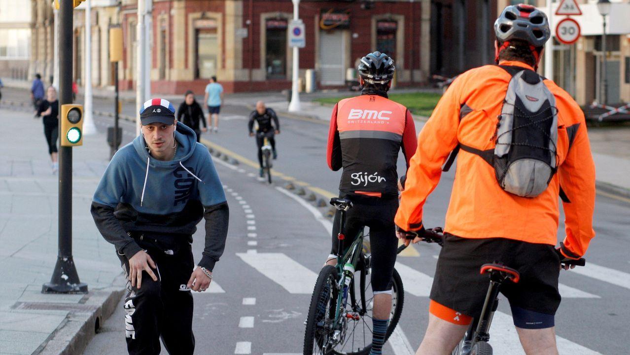 Asturias, «un pueblo roto por el dolor».Ciclistas en el Muro de Gijón