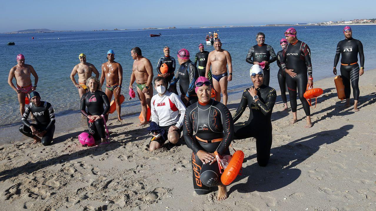 La historiaregresaen las aguas de la ría de Navia.166 hombres y 43 mujeres posan tras competir en la Travesía de Navidad de Gijón