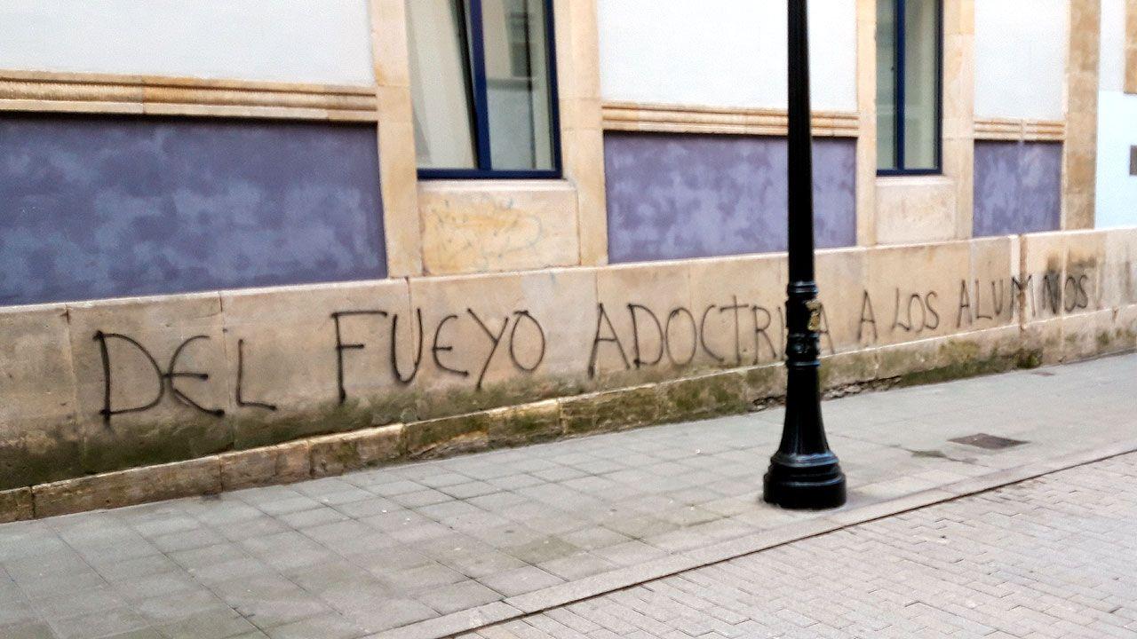 Una de las pintadas aparecidas en la fachada del CP Jovellanos de Gijón contra su exdirector, Mario Suárez del Fueyo