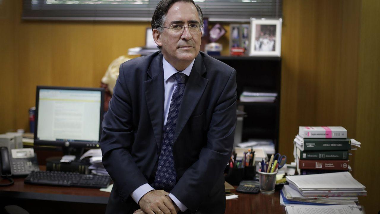 aproinco.La propietaria del terreno, en el momento de la firma, junto al alcalde y responsable de Urbanismo, Benito Portela.