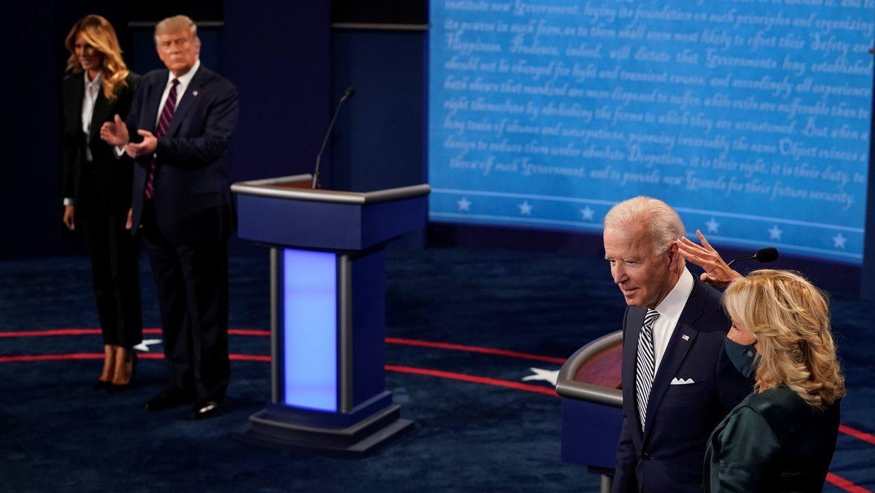 Jill Biden acaricia a su marido en presencia de Trump y su esposa, antes del debate del martes