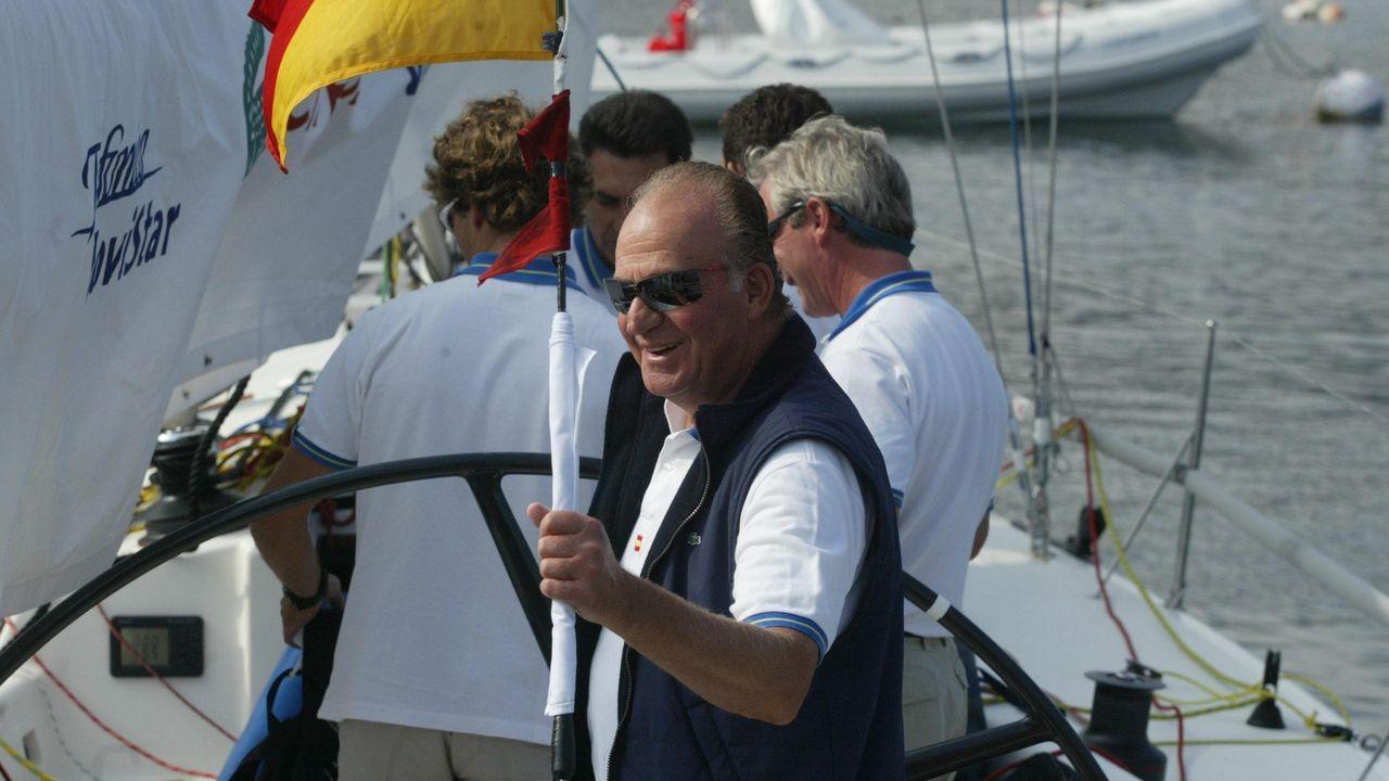 El rey participando en las regatas en Baiona en verano del 2004