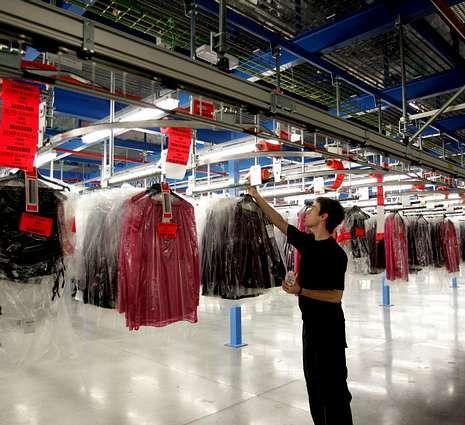 «El paro es el principal desafío de España».Inditex trabaja en la automatización de la entrada de prendas.