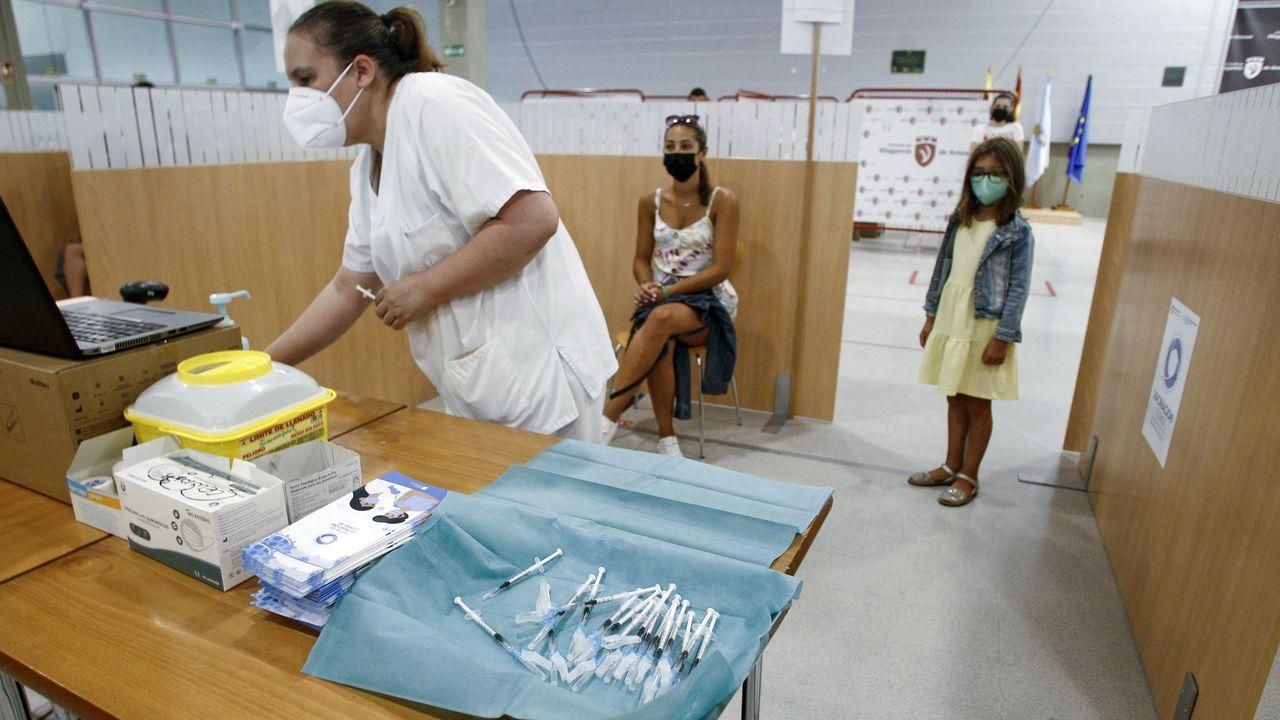 Jeringuillas preparadas con dosis de Pfizer para vacunar a jóvenes de entre 20 y 29 años en Vilagarcía