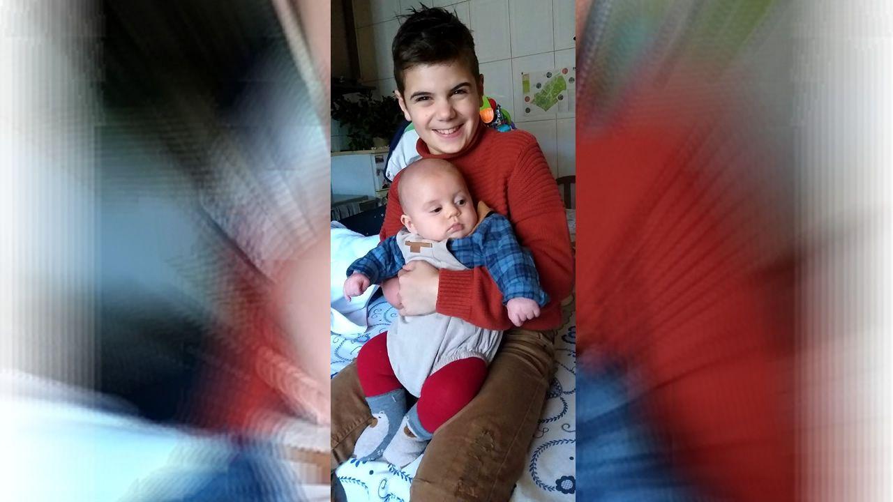 Diogo celebró sus primeras Navidades con su hermano Martín. En el 2014 estrenó su última mano mioeléctrica. Ahora está pendiente del hospital de Braga para que le pongan una nueva prótesis.