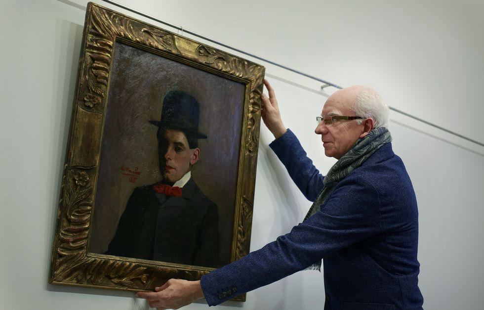 Francisco Muiños con el óleo «Autorretrato con bombín» que Taibo pintó a los 16 años.