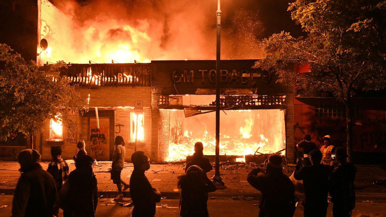 Prenden fuego a una comisaría de Minneapolis.Brigadas forestales en un incendio en Pantón
