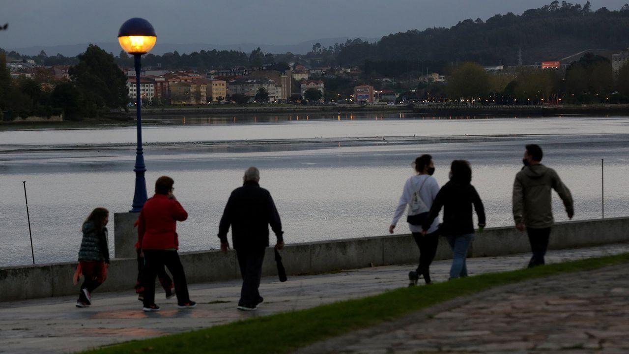 Toni.Imagen de archivo de gente en el paseo de O Burgo