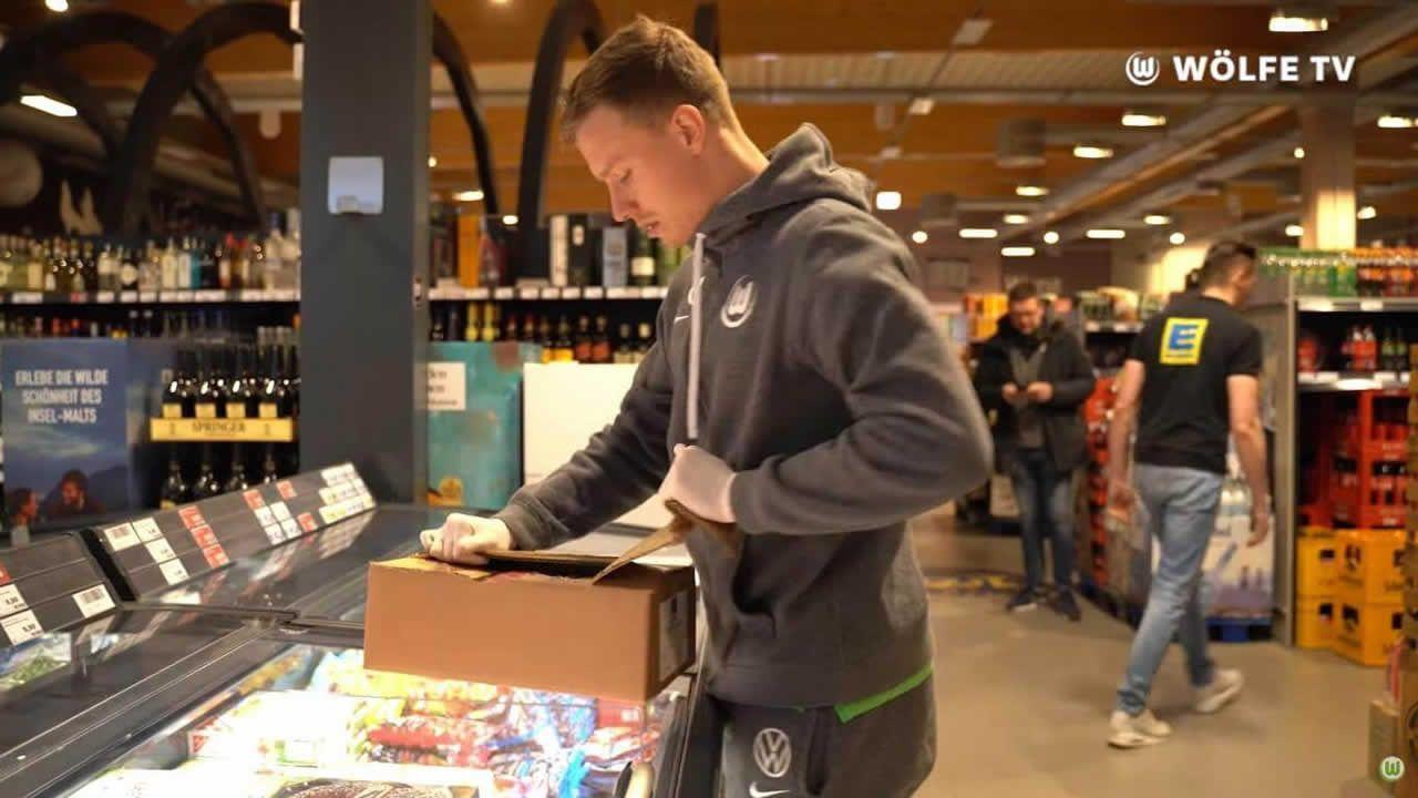 Los jugadores del Wolfsburgo ayudan a limpiar y recargar en supermercados durante la crisis