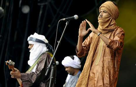 Los africanos Tinariwen ofrecen sus conciertos con sus vestimentas bereber.