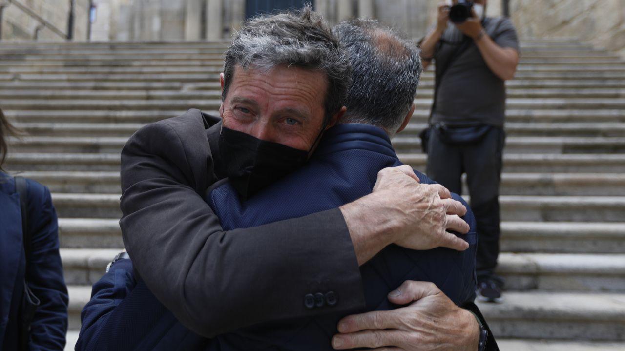Julio Pascual, abrazándose con uno de sus compañeros