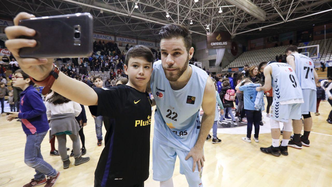 Las imágenes del partido entre el Asmubal y Sar Redondela.El tiempo en Asturias suele ser inestable pero los turistas se adaptan