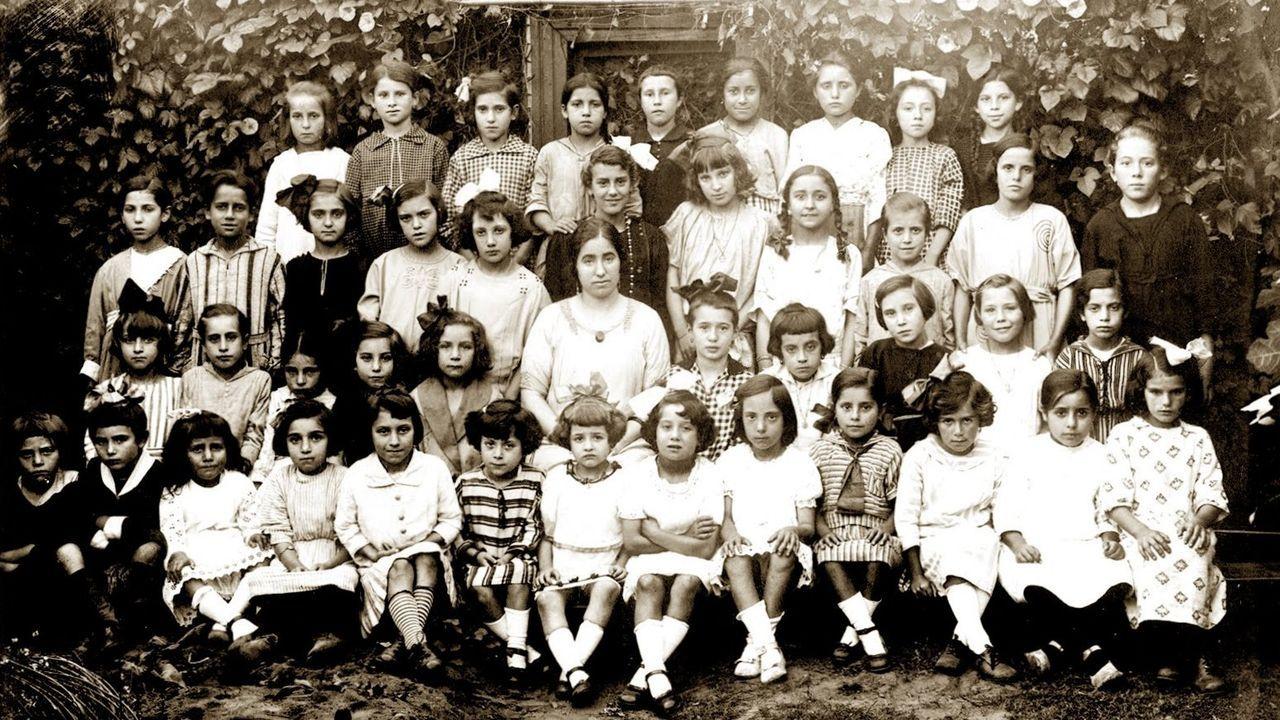 real.En el centro de la imagen, María Vázquez Suárez, Maruja, con sus alumnas, posiblemente, en A Pobra do Caramiñal. Su último destino fue Miño. Su cuerpo apareció en el verano de 1936 en la playa de Bañobre. Con Mercedes Romero, maestra en Monelos, son las dos mujeres ejecutadas de las que se tiene constancia. La foto, encontrada en una maleta, es de la familia de María, de Sober. Se puede saber sobre la biografía de la maestra en su perfil creado en la web del Consello da Cultura Galega o en el de la asociación O Colado do Vento
