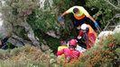 Momento del rescate del hombre que cayó en una grieta en Laviana