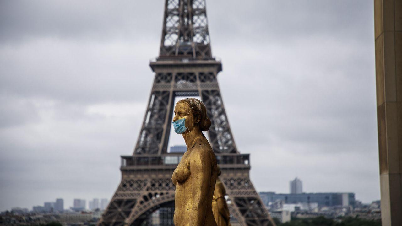 Las estatuas doradas de la Plaza de Trocadero, en París, aparecieron este domingo adornadas con mascarillas de protección