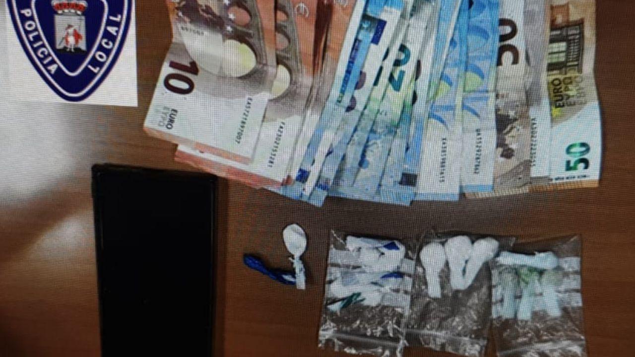 Dinero y papelinas incautados