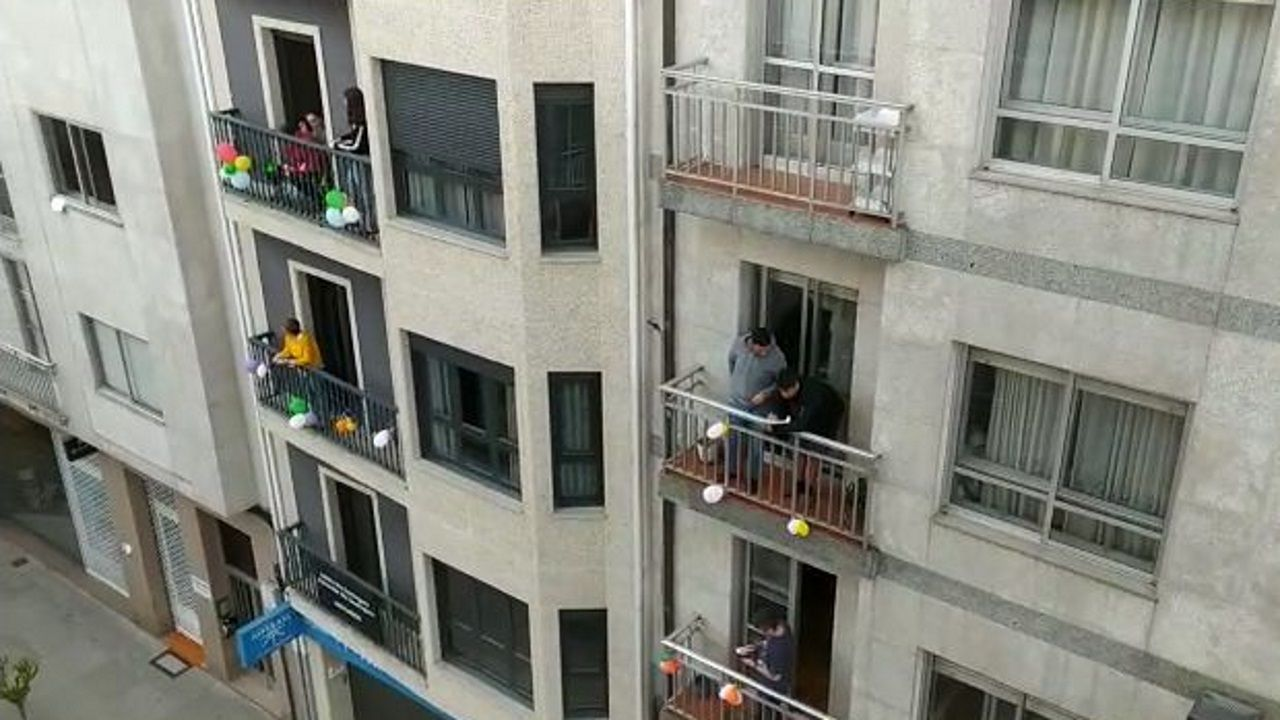 Vecinos del centro de Celanovajuegan al bingo desde sus casas.Fachada del edificio de la Deputación de Ourense