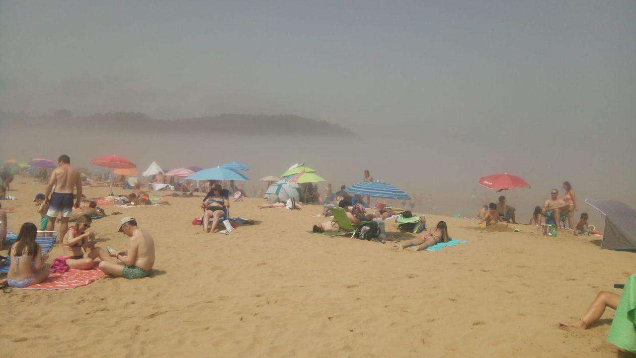 Ola de calor en Asturias.Playa de Rodiles este mediodía. /LUISA.F. MARTÍNEZ