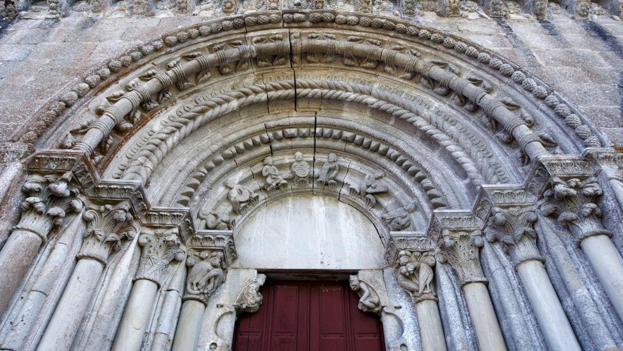 Galería de gárgolas de la Catedral de Oviedo.En la decoración románica de la fachada de la iglesia se destacan unas grietas cuya antigüedad se desconoce