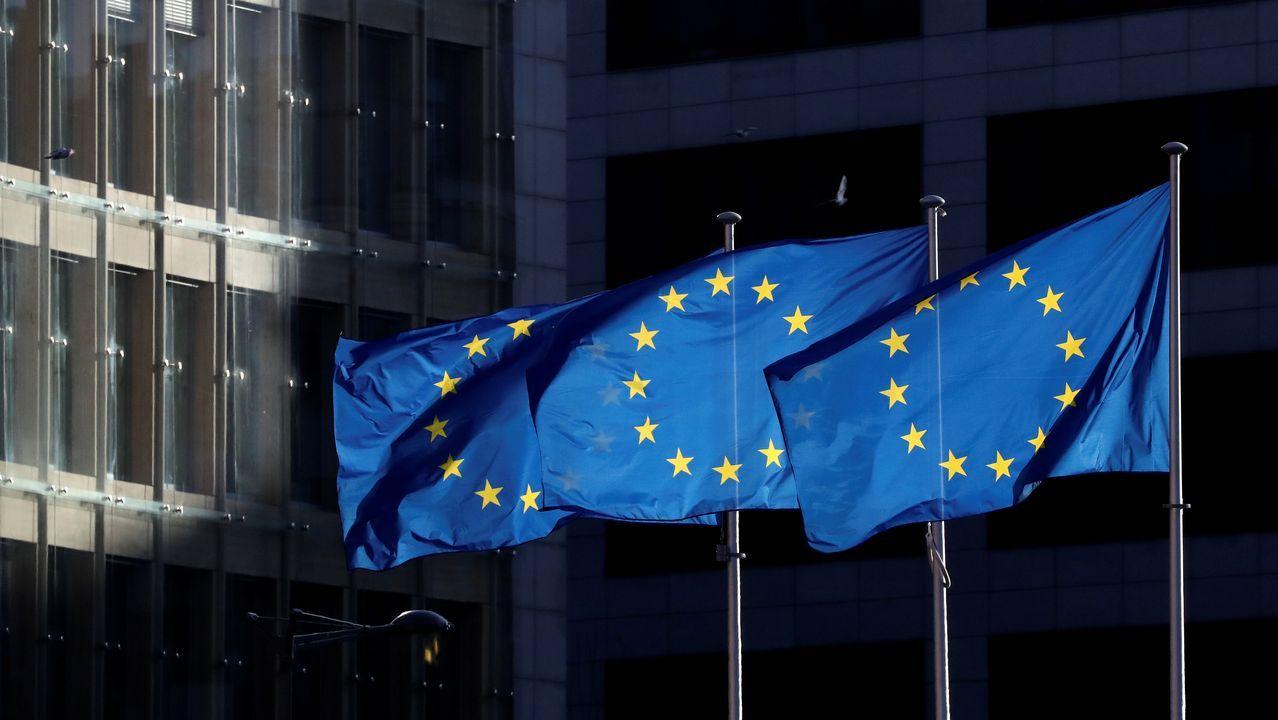 Amor, oración y homenajesa golpe de mascarilla.Sede de la Comisión Europea en Bruselas