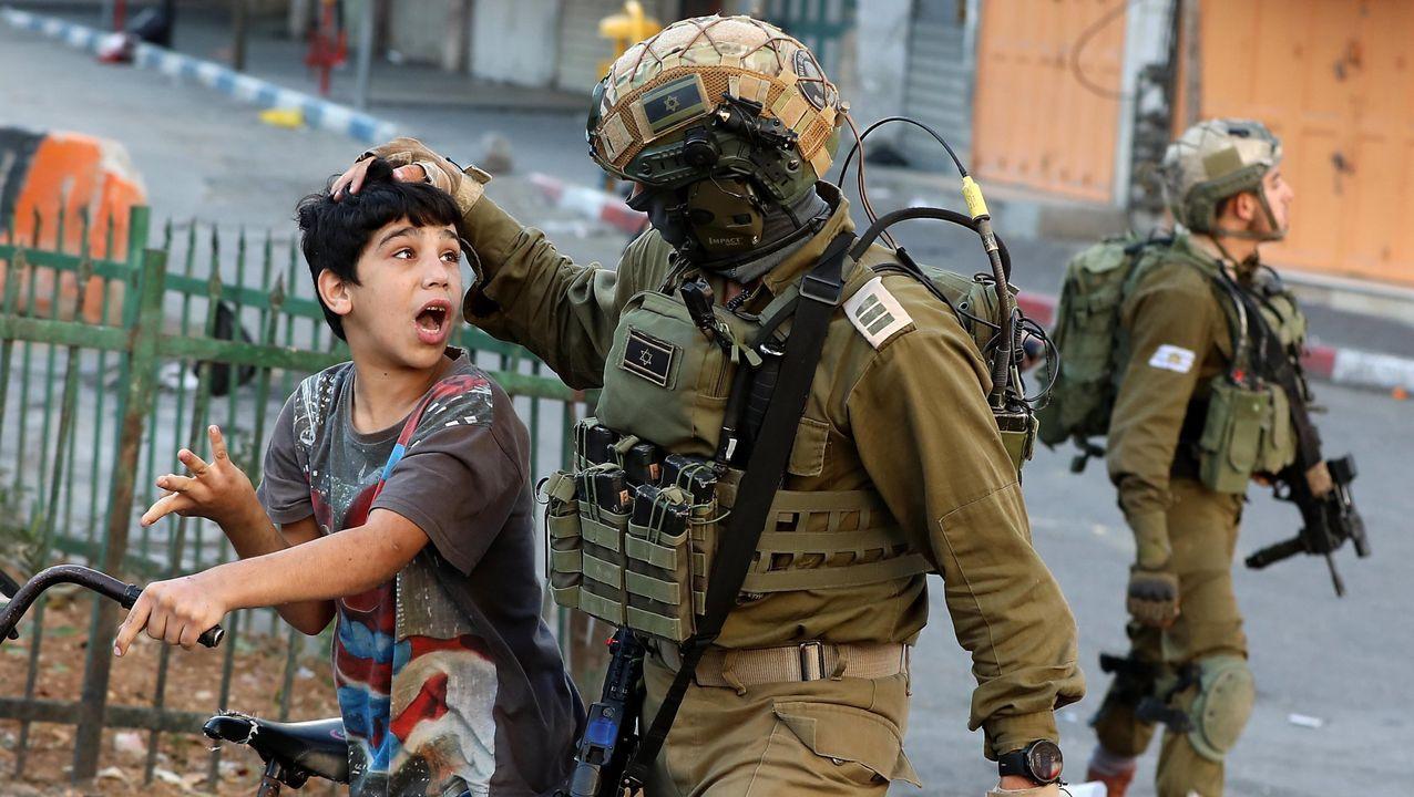 Soldados israelíes arrestan a un niño palestino, acusado de arrojar piedras durante enfrentamientos en Hebrón la pasada semana