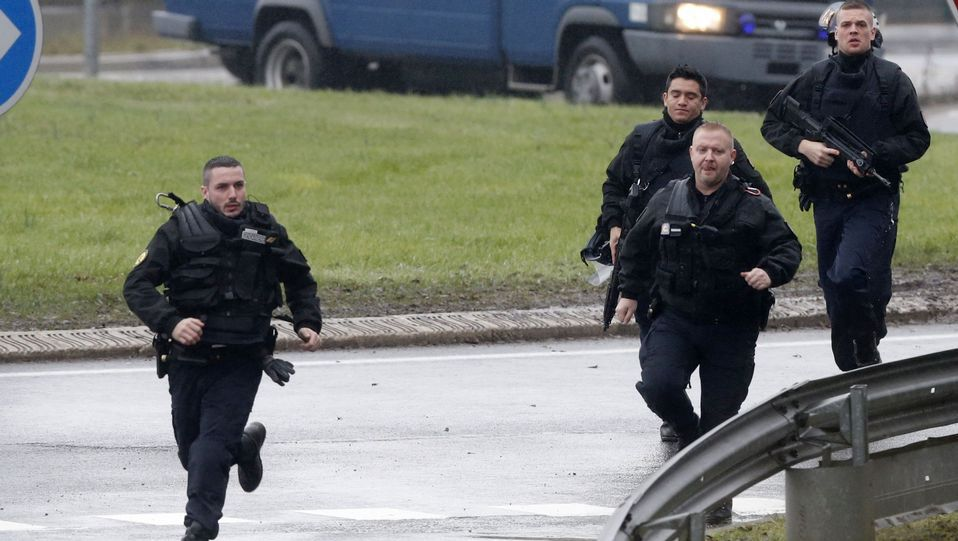 imprenta.Francotiradores en guardia en la azotea de un edificio de Dammartin-en-Goele