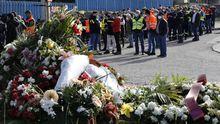 Coronas de flores, ayer, en la entrada de la fábrica, donde el personal continúa protestando