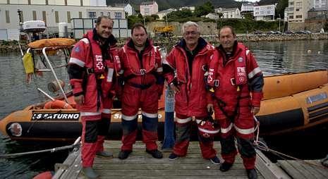 El responsable de prensa de Cruz Roja en Lugo, Manuel M. López (izquierda), con tripulantes de la Saturno.