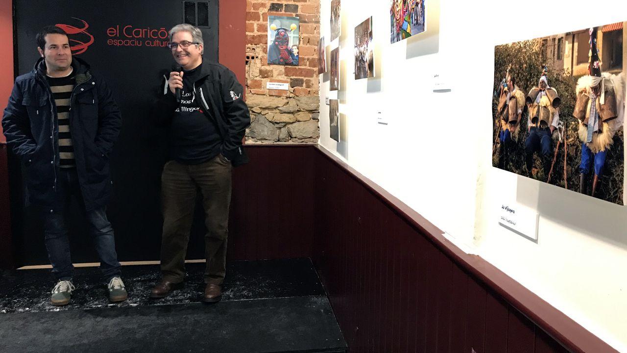 Comienzan los trabajos de rehabilitación del Kiosko Alfonso.Iván G. Fernández y Pablo Canal, en la inauguración de la exposición fotográfica sobre mazcaraes, en Pola de Siero