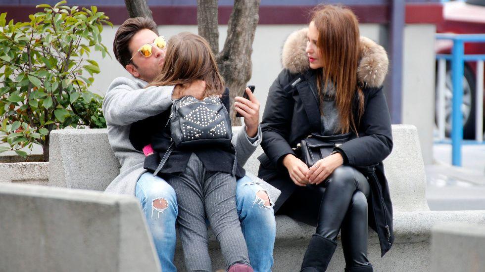 La pareja llevando al colegio a su hija.