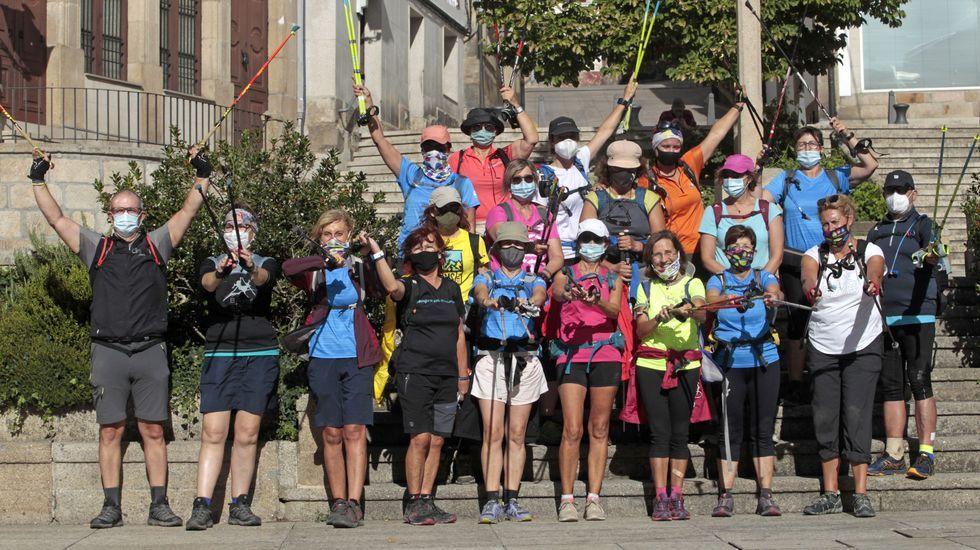 Las fotos de la romería 2002 en el Monte Faro.Los peregrinos de Girona, este fin de semana en una foto de grupo a su llegada a Monforte