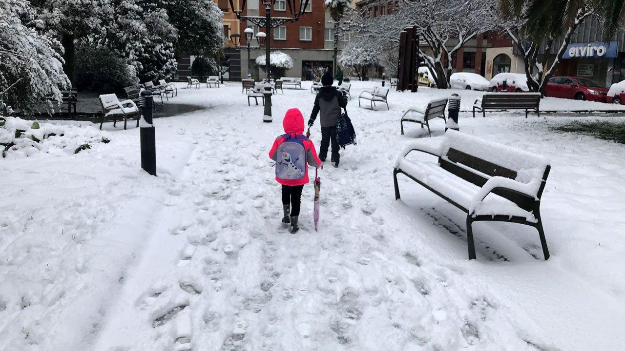 Nieve en Oviedo.Escolares camino del colegio, sobre la nevada, en El Entrego