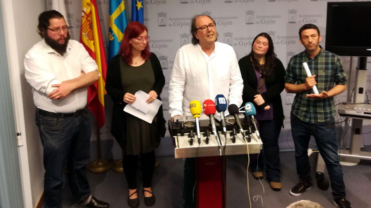 Los Locos esperan sitio en el callejero de Gijón.Juan Miguel Chaves, primero por la derecha, en una comparecencia de Podemos en la anterior legislatura