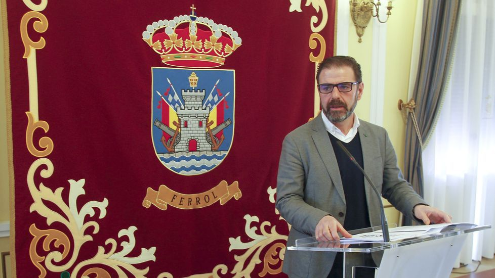 Feijoo saluda a un simpatizante en Vigo junto a Corina Porro