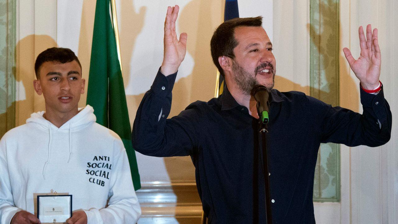 El héroe del autobús ya tiene la nacionalidad:  Salvini recibió a cinco niños que ayudaron a salvar a sus compañeros durante el ataque a su autobús escolar la pasada semana por parte del conductor. Rami Shehata  (en la foto)  y Adam el Hamami alertaron por teléfono a la policía. Salvini anunció el martes que concederá la nacionalidad a Shehata, de origen egipcio. «Es como si fuera mi hijo y él demostró que entendía los valores de este país», dijo ayer