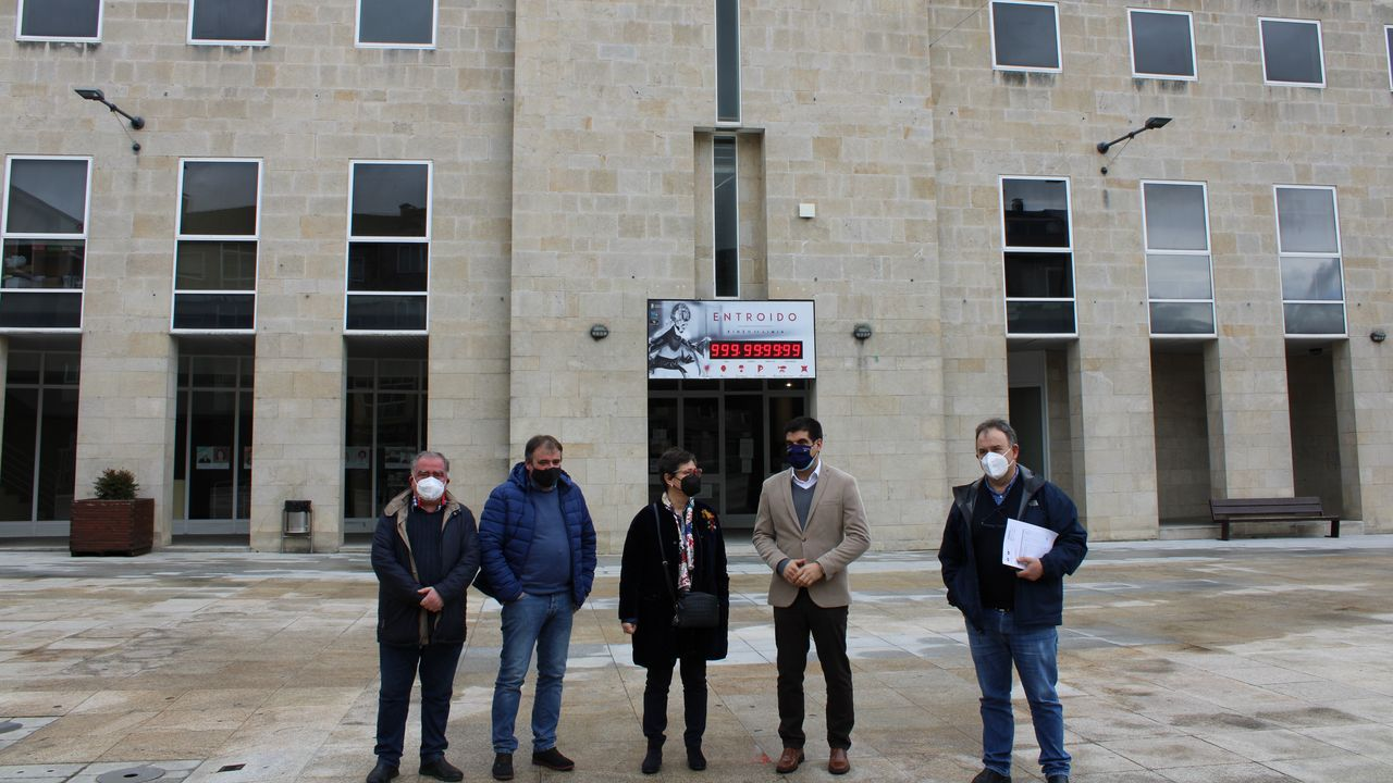 La alcaldesa Elvira Lama, y otros miembros de la corporación municipal, inspeccionaron ayer las obras