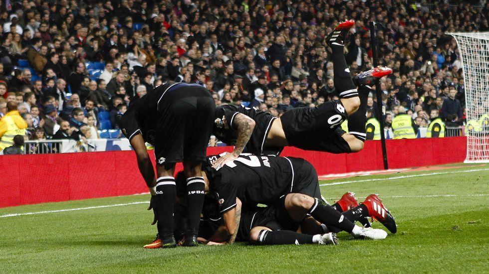 El Dépor celebra uno de los goles en el Bernabéu