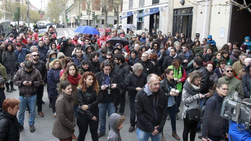 Maná en Vigo.Familiares, compañeros y amigos de José Couso, ante la embajada de EE. UU. el pasado 4 de abril.